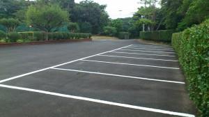 駐車場のラインを引き直しました。